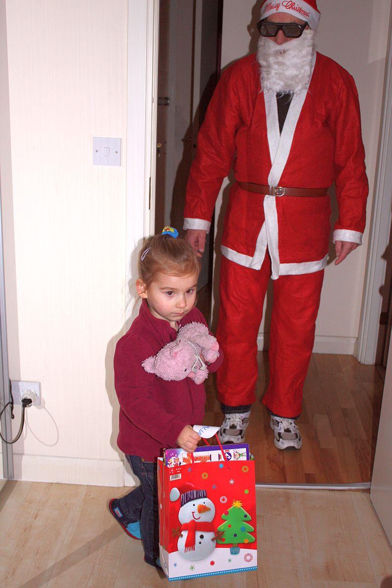 Dalia odbiera prezent od Mikołaja