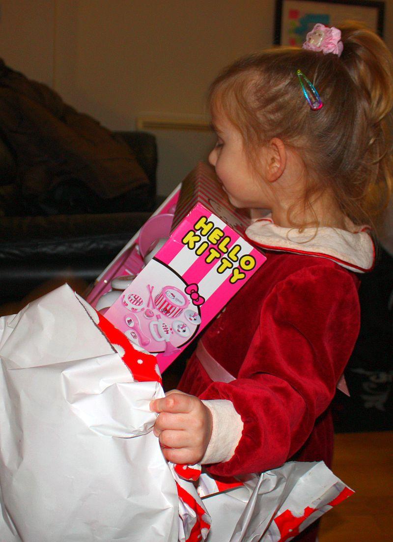 Dalia rozpakowuje prezenty