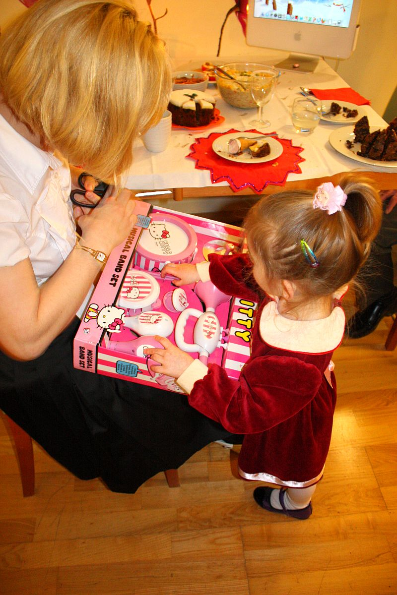 Mama pomaga rozpakowywać prezenty