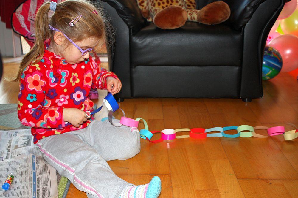 Robię łańcuch na choinkę