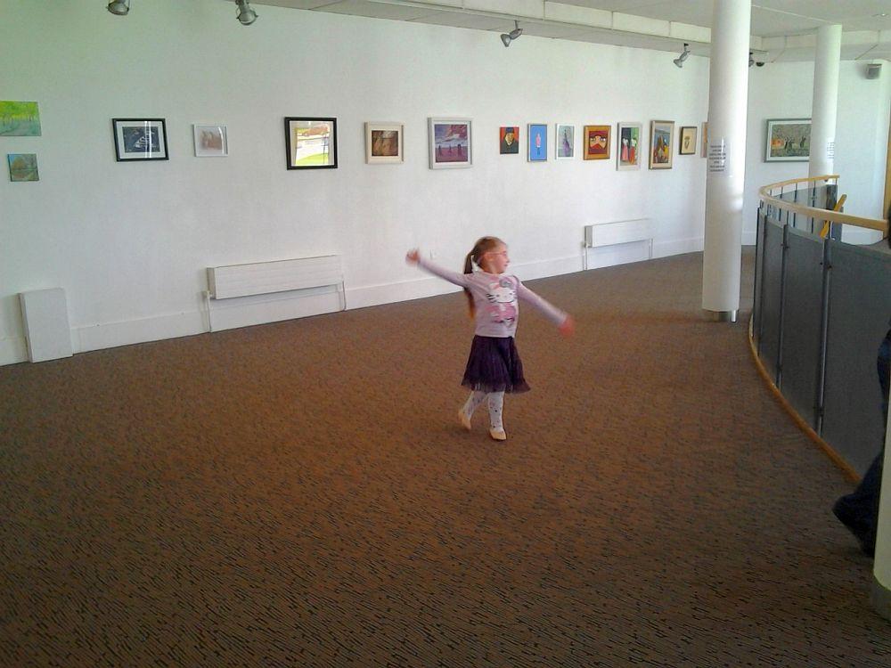 Czekając na lekcje baletu, tańczę w holu