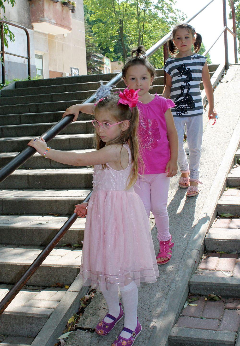 Z kuzynkami na spacerze