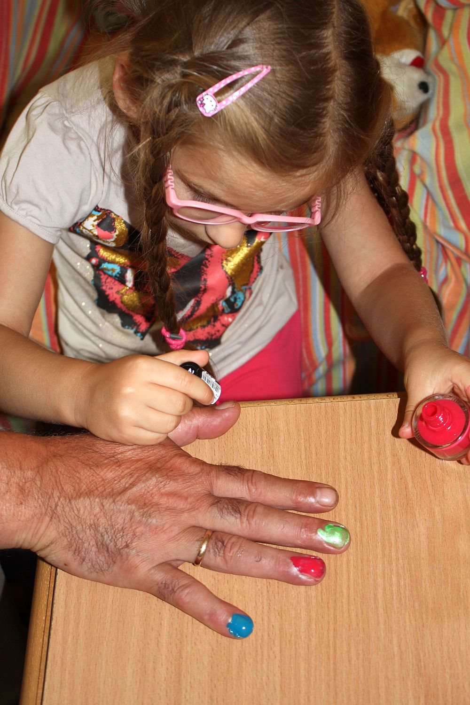 Maluję paznokcie dziadka Tadka