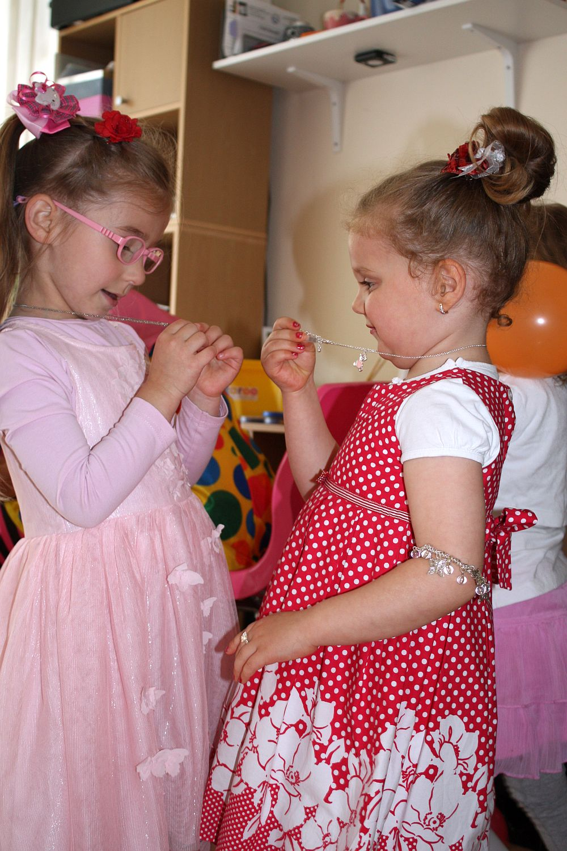 Pokaz biżuterii na urodzinach Julii