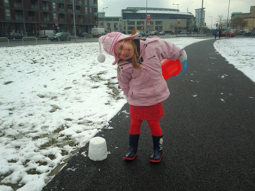 Robienie babek...ze śniegu