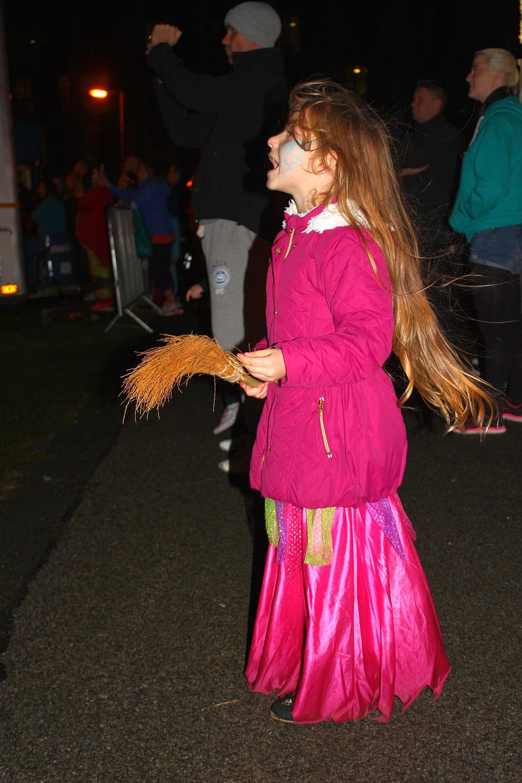 Czarownica na Halloween ogląda fajerwerki