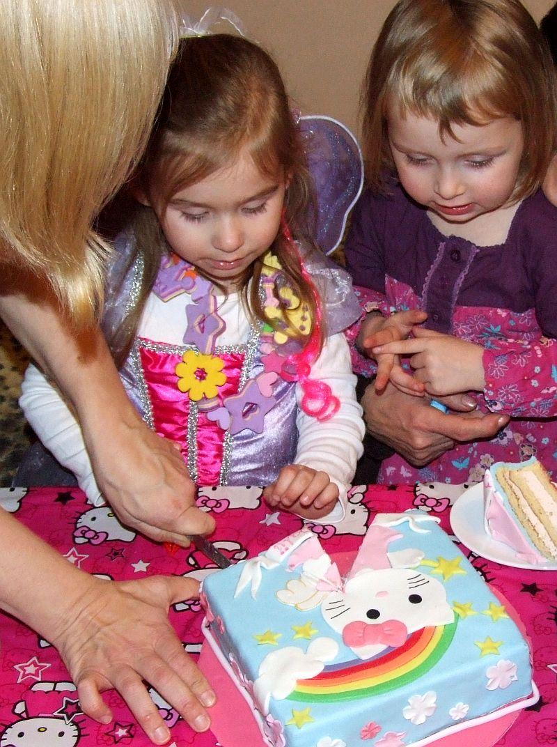 Kroję tort urodzinowy