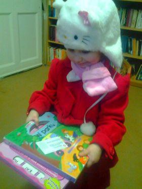 Dalia w polskiej bibliotece wypożycza książki